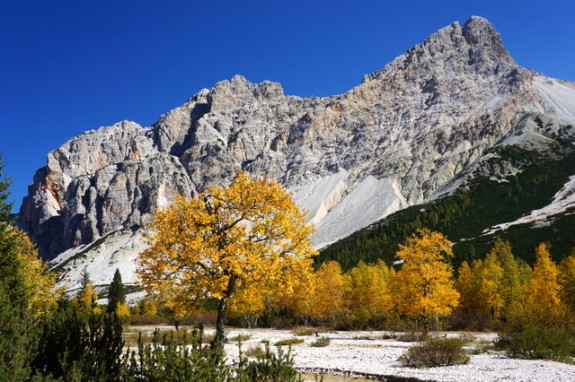 Autumn colors on the trail to Fanes