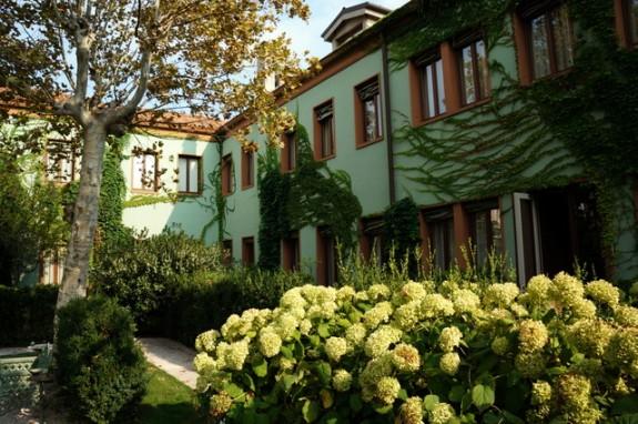Courtyard garden at the Bauer Palladio